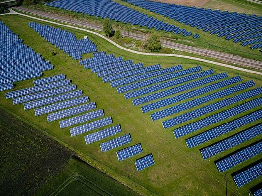 andreas-gucklhorn-Ilpf2eUPpUE-unsplash-Solarpark